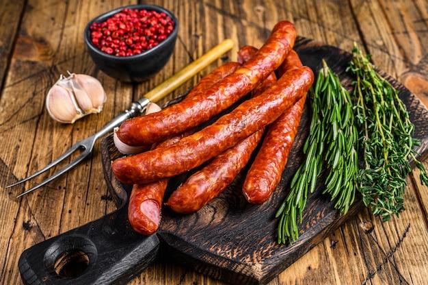Saucisses fumées de porc avec ajout d'herbes aromatiques fraîches et d'épices