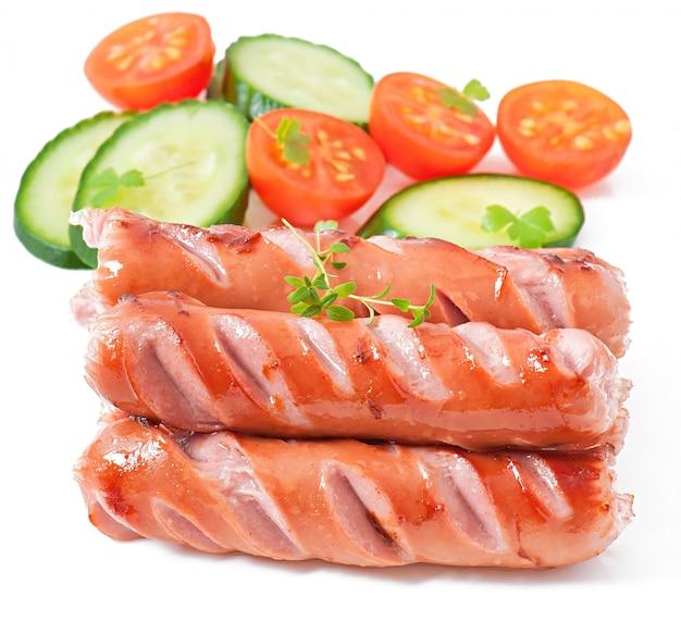 Saucisses sur le grill et salade