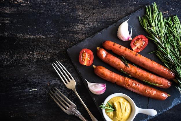 Saucisses grillées au romarin