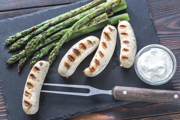 Saucisses grillées aux asperges et sauce crémeuse à l'ail