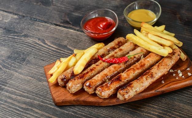 Saucisses grillées chaudes, avec frites moutarde ketchup