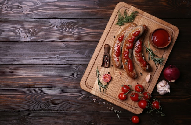 Saucisses grillées sur un fond en bois