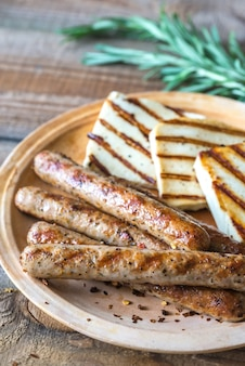 Saucisses grillées et fromage au romarin