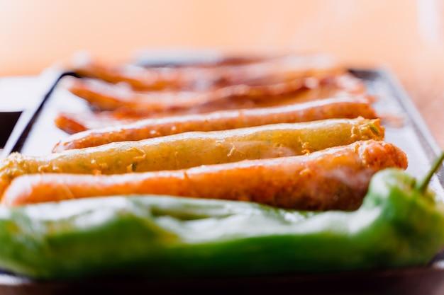 Saucisses grillées avec longe de porc et poivrons verts