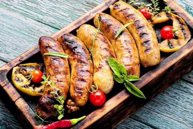 Saucisses grillées sur une planche à découper