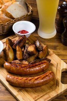 Saucisses grillées avec pomme de terre rôtie aux épices