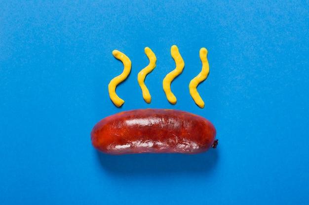Saucisses grillées préparées sur le gril. fond bleu