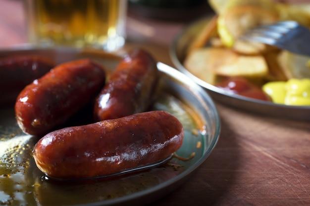 Saucisses grillées préparées sur le gril