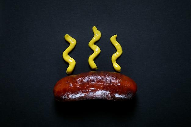 Saucisses grillées préparées sur le grill avec du musturd