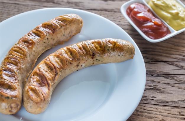 Saucisses grillées à la sauce tomate et moutarde