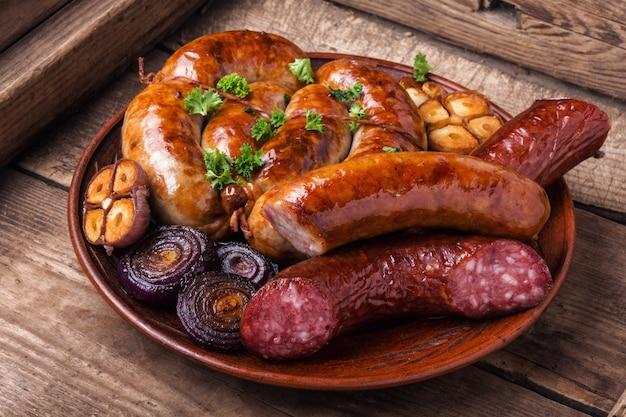 Saucisses grillées sur une table en bois