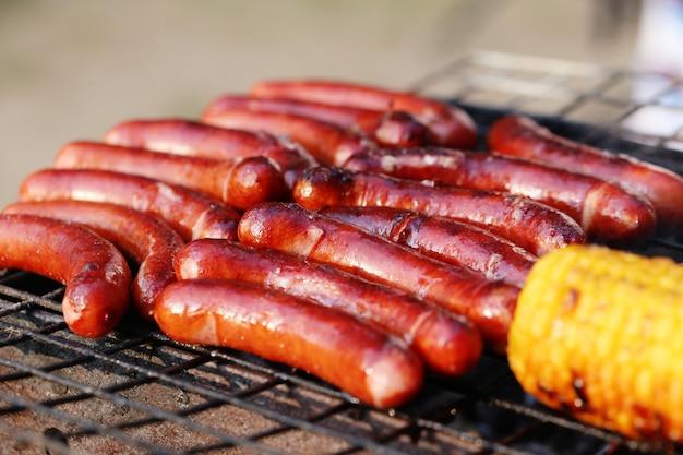 Saucisses et maïs sur le grill