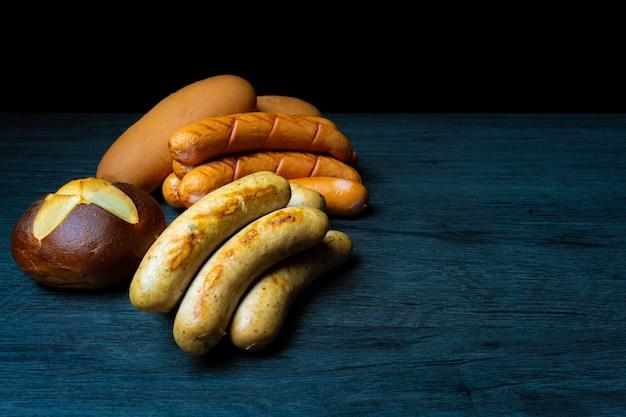 Saucisses et pain bretzels style oktoberfest sombre
