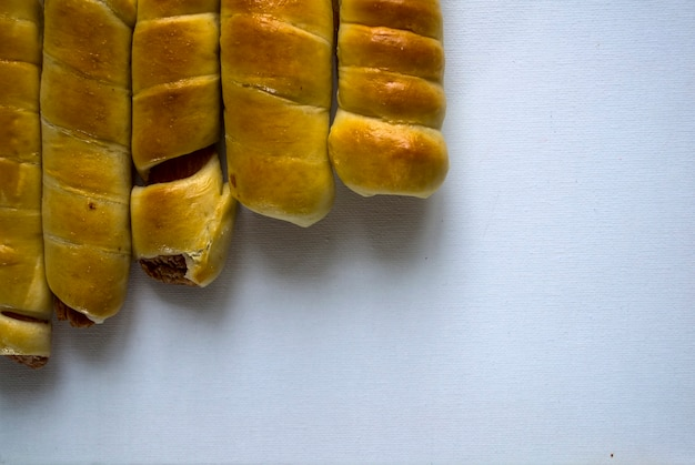 Saucisses en pâte sur fond blanc restauration rapide