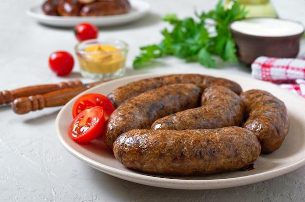 Saucisses de sarrasin maison sur une assiette. menu végétarien.