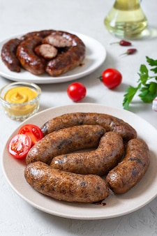 Saucisses de viande et saucisses de sarrasin végétariennes alternatives.