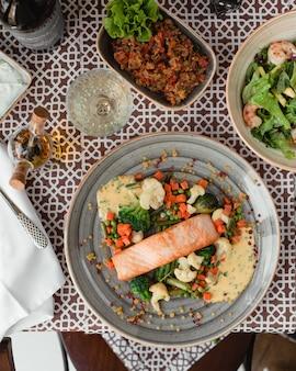 Saumon au four avec des légumes
