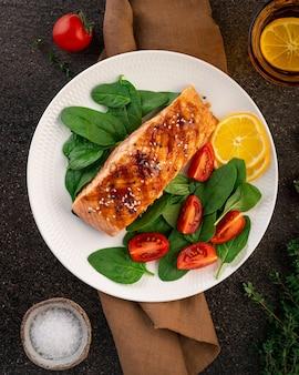 Saumon au four avec salade