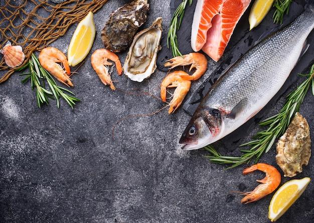 Saumon, bar, crevettes et huîtres