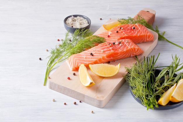 Saumon bio frais prêt pour la cuisson