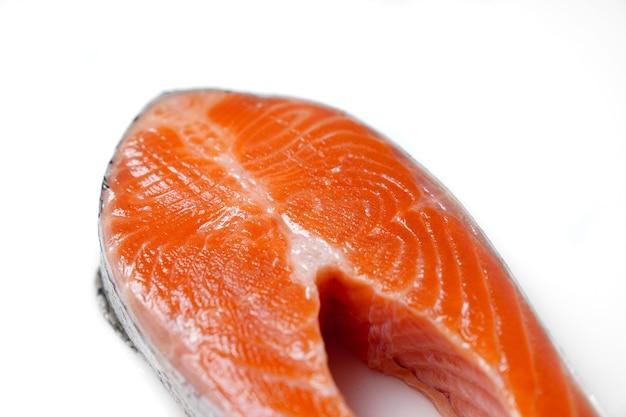 Saumon coupé en morceaux sur fond blanc. poisson rouge. truite fraîche pour la cuisson.