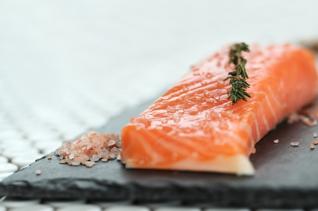 Saumon cru au sel rose et romarin