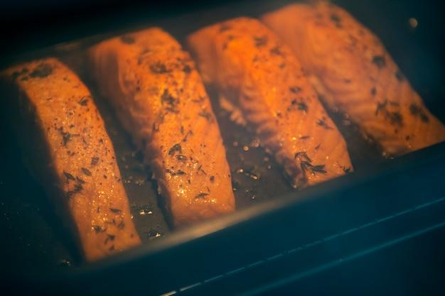 Saumon cru prêt à être cuit