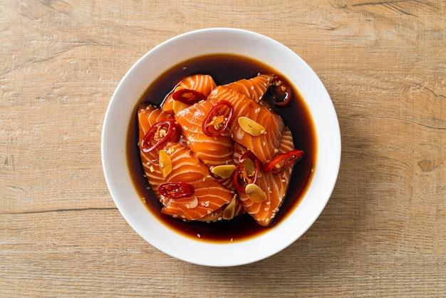 Saumon frais cru mariné dans une sauce shoyu ou sauce soja