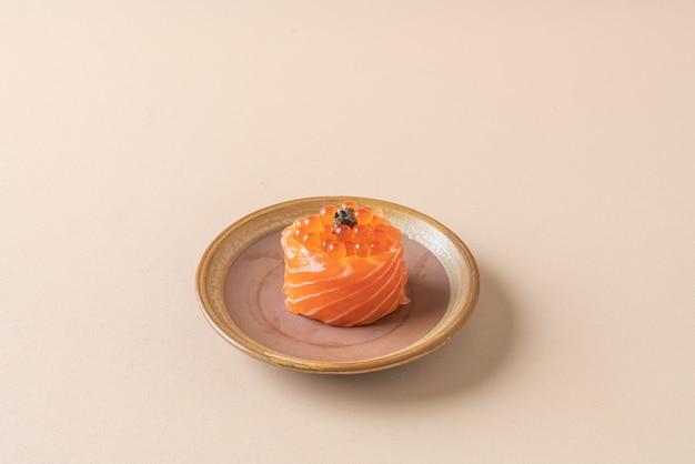 Saumon frais cru avec sushi aux œufs de saumon
