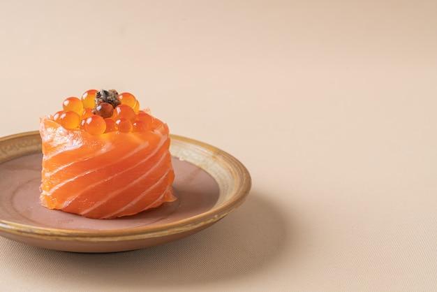 Saumon frais cru avec des sushis aux œufs de saumon - style de cuisine japonaise