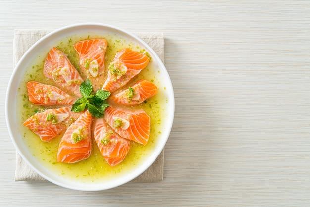 Saumon frais épicé cru dans une sauce salade de fruits de mer