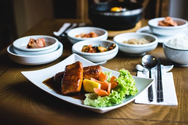 Saumon frit coréen avec sauce soja sucrée