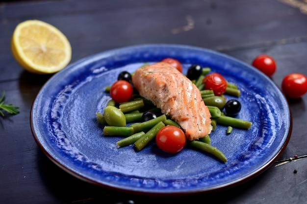 Saumon grillé avec asperges, olives et tomates cerises