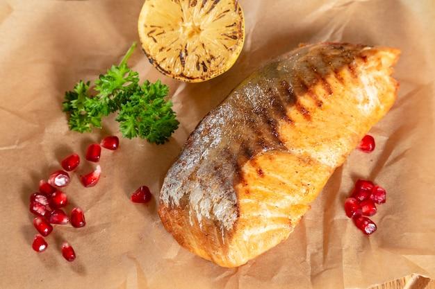Saumon grillé au pomagranate et citron sur papier sulfurisé
