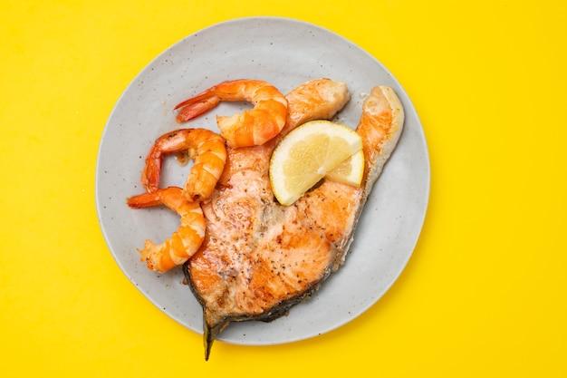 Saumon grillé aux crevettes sur le plat