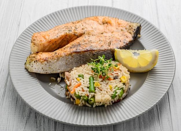 Saumon grillé aux légumes et riz