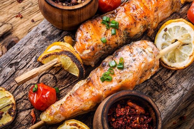 Saumon grillé en brochette