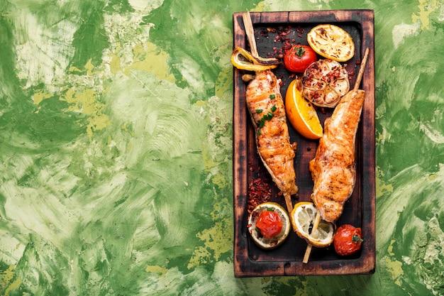 Saumon grillé sur une planche à découper