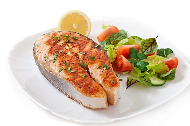 Saumon grillé avec salade
