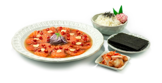 Saumon mariné sauce soja coréenne marinée cuisine coréenne servie kimchi, algues et riz sideview