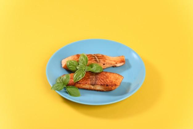 Saumon rouge frit aux feuilles de basilic