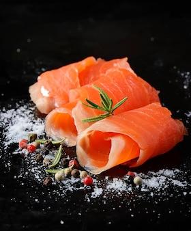Saumon salé au romarin et poivre