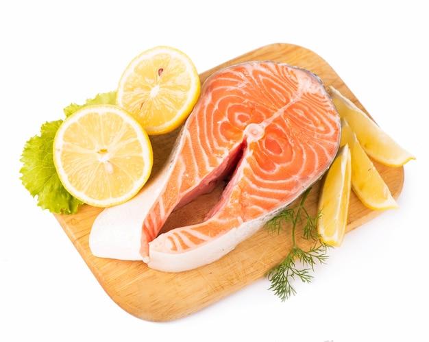 Saumon. steak de poisson rouge de saumon cru frais isolé sur une surface blanche