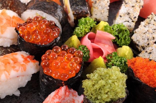 Saumon sushi oeufs avec plateau de sushi assortis