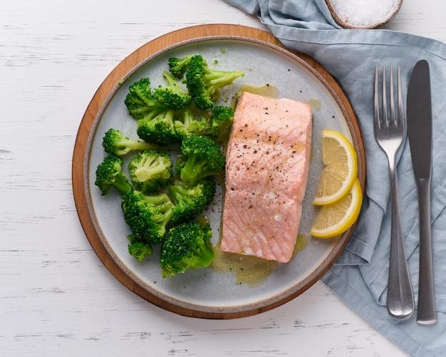 Saumon à la vapeur et légumes, brocoli, paléo, céto, lshf ou dash. un plat méditerranéen