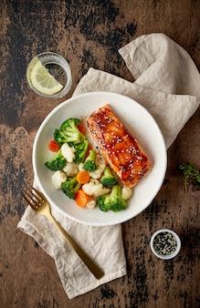 Saumon à la vapeur et légumes, cuisine méditerranéenne avec poisson cuit à la vapeur.
