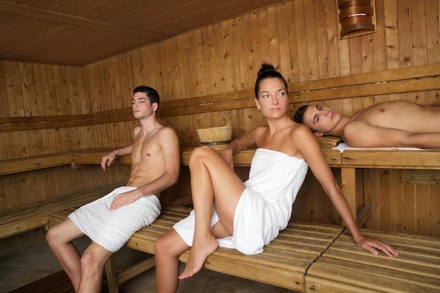Sauna spa thérapie groupe de jeunes gens beaux