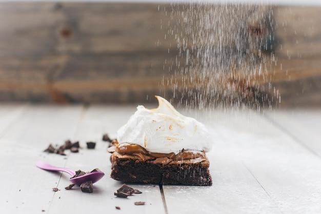 Saupoudrer la pâte avec du sucre en poudre sur une surface en bois