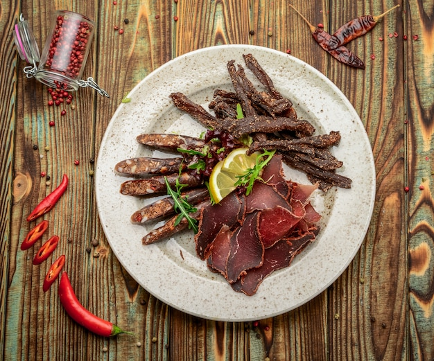 Sausageraw a fumé de la viande, de la nourriture saine et savoureuse.