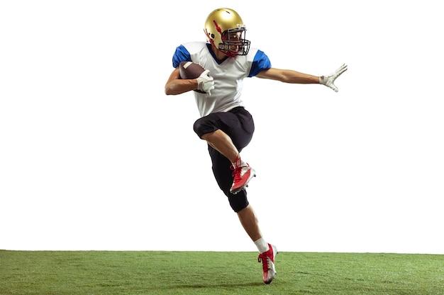 En saut, en vol. joueur de football américain isolé sur blanc avec fond